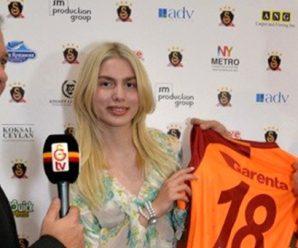 Aleyna Tilki krijgt shirtje van Gomis