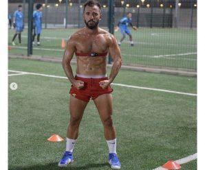 Voetballer maakt 'kijk mij goed trainen foto'